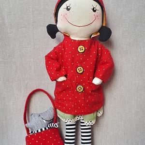 Piroska pöttyös kabátban-baba, textilbaba, Gyerek & játék, Gyerekszoba, Tárolóeszköz - gyerekszobába, Játék, Baba, babaház, Baba-és bábkészítés, Varrás, A klasszikus mese pöttöm hőse textilből varrva sok kiegészítővel, hogy izgalmas és megunhatatlan leg..., Meska