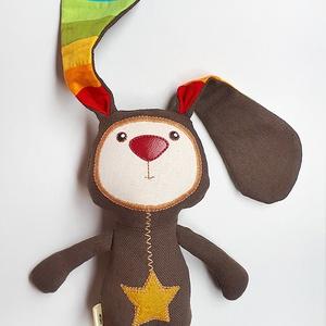 Étcsoki nyuszi szivárvány fülekkel, Gyerek & játék, Gyerekszoba, Játék, Plüssállat, rongyjáték, Varrás, Baba-és bábkészítés, 20 cm (füleivel együtt 35 cm) magas textilfigura komoly ábrázattal és szivárványos álmokkal.\nPamutvá..., Meska
