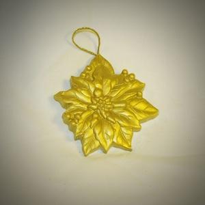 Arany virág gipsz karácsonyfadísz, Karácsony, Karácsonyfadísz, Újrahasznosított alapanyagból készült termékek, Egyedi termék, mely hallássérültek keze munkáját dicséri. Gyönyörű karácsonyfadísz.\nMéret: 8x7 cm..., Meska