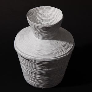 Fehér váza, Otthon & lakás, Dekoráció, természetes és újrahasznosított  anyagokból létrehozott tároló amelyet hallássérült emberek készítet..., Meska