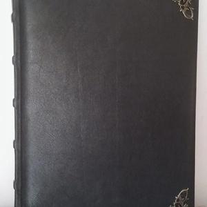 Antik fekete vendégkönyv, Művészet, Bőrművesség, Könyvkötés, Antik fekete színű vendégkönyv valódi bőrből.\nPárnázott borító, bordákkal a régi stílust megtartva, ..., Meska
