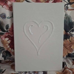 Esküvői bőrös emlékkönyv, Vendégkönyv, Emlék & Ajándék, Esküvő, Bőrművesség, Könyvkötés, Kézműves könyvkötéssel készült, valódi bőr borítással.\nElőlapon szív forma kidomborítással, 7 db fén..., Meska