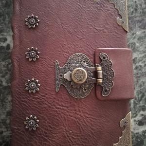 Bőrből készült veretes kapcsos könyv, Művészet, Könyvkötés, Bőrművesség, Kézműves könyvkötéssel készült, valódi bőrből, régies kapocs díszítéssel.\n11 cm X 15 cm 300 lapból á..., Meska
