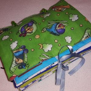 Készségfejlesztő textilkönyvecske FIÚS, Gyerek & játék, Játék, Készségfejlesztő játék, Varrás, Készségfejlesztő textil baba/kisgyermek könyv, ügyesíti a kis kezeket, tanít okosít.\n9 oldalas, pate..., Meska