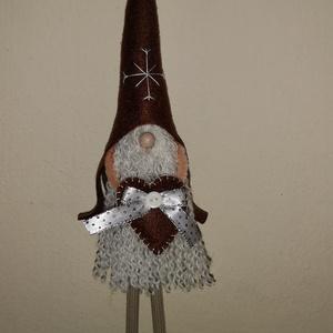 Karácsonyi manó -  barna, Otthon & Lakás, Karácsony & Mikulás, Karácsonyi dekoráció, Varrás, 35 cm magas csörgősipkás karácsonyi manó, álló figura. \nSzemélyesen átvehető a Székesfehérvár - Vesz..., Meska