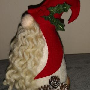 Karácsonyi gyapjú manó - piros , Otthon & Lakás, Karácsony & Mikulás, Karácsonyi dekoráció, Varrás, 17 cm magas karácsonyi manó, fa alapon, gyapjúfilcből.\nSzemélyesen átvehető a Székesfehérvár - Veszp..., Meska