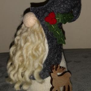 Karácsonyi gyapjú manó - szürke , Otthon & Lakás, Karácsony & Mikulás, Karácsonyi dekoráció, Varrás, 17 cm magas karácsonyi manó, fa alapon, gyapjúfilcből.\nSzemélyesen átvehető a Székesfehérvár - Veszp..., Meska