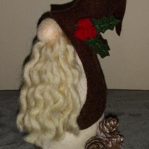 Karácsonyi gyapjú manó - barna , Otthon & Lakás, Karácsony & Mikulás, Karácsonyi dekoráció, Varrás, 17 cm magas karácsonyi manó, fa alapon, gyapjúfilcből.\nSzemélyesen átvehető a Székesfehérvár - Veszp..., Meska
