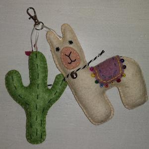 Láma és kaktusz kulcs-/táskadísz - világoszöld , Táska & Tok, Kulcstartó & Táskadísz, Táskadísz, Hímzés, Varrás, Egyedi, mini karabineres kulcs- vagy táskadísz, 13 cm magas láma és kaktusz figura, gyapjúfilcből, k..., Meska