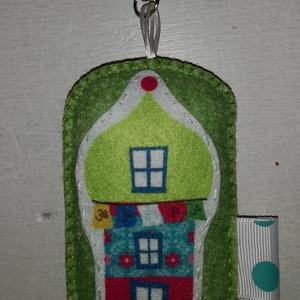 Házikós kulcs-/táskadísz - zöld , Táska & Tok, Kulcstartó & Táskadísz, Táskadísz, Hímzés, Varrás, Egyedi, mini karabineres kulcs- vagy táskadísz, 10 cm magas, gyapjúfilcből, kézi hímzéssel és varrás..., Meska