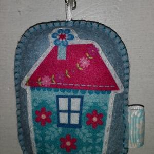 Házikós kulcs-/táskadísz - kék virágos , Táska & Tok, Kulcstartó & Táskadísz, Táskadísz, Hímzés, Varrás, Egyedi, mini karabineres kulcs- vagy táskadísz, 11 cm magas, gyapjúfilcből, kézi hímzéssel és varrás..., Meska
