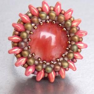 Cseresznyéskert - gyöngyhímzett gyűrű, Statement gyűrű, Gyűrű, Ékszer, Ékszerkészítés, Gyöngyfűzés, gyöngyhímzés, Egy csodás Volcano Cherry Quartz a közepe ennek a gyűrűnek. A színek , a forma, nagyon harmónikus eg..., Meska