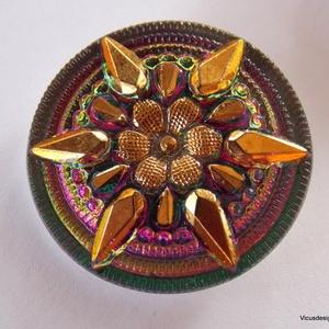 Csillagvirág 27mm cseh üveggomb, Gyöngy, ékszerkellék, Cabochon, Gyönyörű kidolgozású, fantasztikusan szép üveggomb. Lilás-zöldes arany színű.   Ezeket a gombokat ké..., Meska