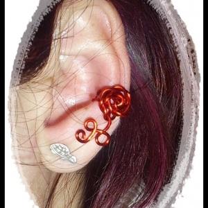 Piros rózsás fülgyűrű, Fülgyűrű, Fülbevaló, Ékszer, Ékszerkészítés, Fémmegmunkálás, Piros színű rézdrótból készítettem ezt a fülgyűrűt. Rövidebb fazonú, kényelmes viselet., Meska