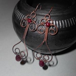 Rubin vörösréz fülbevaló, Lógós fülbevaló, Fülbevaló, Ékszer, Ékszerkészítés, Fémmegmunkálás, Valódi rubin ásványcseppből és ásványgolyóból, illetve vörösrézből készítettem ezt a dekoratív, muta..., Meska