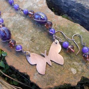 Pillangós vörösréz nyaklánc ametiszttel és csiszolt üveggyönggyel+ajándék fülbevalóval, Ékszer, Gyöngyös nyaklác, Nyaklánc, Ékszerkészítés, Fémmegmunkálás, Meska