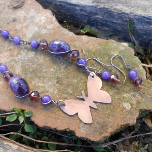 Pillangós vörösréz nyaklánc ametiszttel és csiszolt üveggyönggyel+ajándék fülbevalóval - ékszer - nyaklánc - gyöngyös nyaklác - Meska.hu