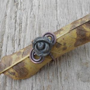 Pirit rózsás vörösréz gyűrű, Ékszer, Gyűrű, Ékszerkészítés, Fémmegmunkálás, 18-19 mm ujjra való vörösréz gyűrű pirit rózsa díszítéssel. \n, Meska