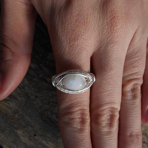 Szivárvány holdkő gyűrű, Ékszer, Gyűrű, Ékszerkészítés, Fémmegmunkálás, 19-20 mm ujjra készítettem ezt a gyűrűt ezüstözött rézdrót és szivárvány holdkő felhasználásával. \n\n..., Meska