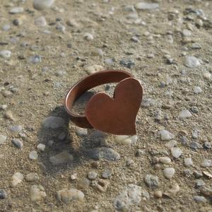 Szívecskés vörösréz gyűrű, Ékszer, Gyűrű, Ékszerkészítés, Fémmegmunkálás, Vörösrézből fűrészeltem, majd forrasztottam ezt a gyűrűt. A kész gyűrű átmérője 19-20mm. Ekkora ujjr..., Meska