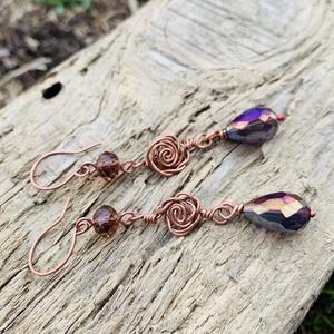 Rózsás réz fülbevaló üveggyönggyel, Lógós fülbevaló, Fülbevaló, Ékszer, Ékszerkészítés, Fémmegmunkálás, Rézből és két fajta lila üveggyöngyből készült. Saját készítésű fülbevaló Akasztó is. ..., Meska