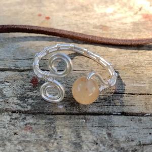 Aventurin gyűrű , Fonódó gyűrű, Gyűrű, Ékszer, Fémmegmunkálás, Ékszerkészítés, Ezustozott rezdrotbol és aventurinbol készült gyűrű. Állítható méretű de kb 19-20 mm, ennél 1-2 mm n..., Meska