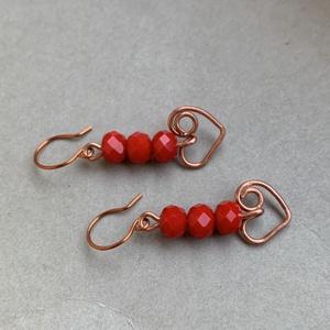 Szívecskés réz fülbevaló , Ékszer, Fülbevaló, Lógós fülbevaló, Fémmegmunkálás, Ékszerkészítés, Rézből és piros, fazettált gyöngyből készült ez a fülbevaló. 4-5 cm akasztóval. , Meska