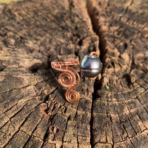 Réz gyűrű igazgyönggyel, Ékszer, Gyűrű, Gyöngyös gyűrű, Fémmegmunkálás, Ékszerkészítés, Vörösrézből és egy szem szürke, szép fényű igazgyöngyből készítettem. Állítható, de 18mm ujjra ajanl..., Meska