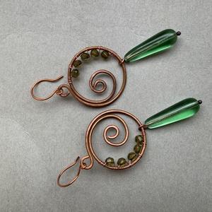 Zöld fülbevaló rézből, Ékszer, Fülbevaló, Lógós fülbevaló, Fémmegmunkálás, Ékszerkészítés, Réz drótból, akril és üveggyöngyből készítettem ezt a 7 cm hosszú fülbevalót. , Meska