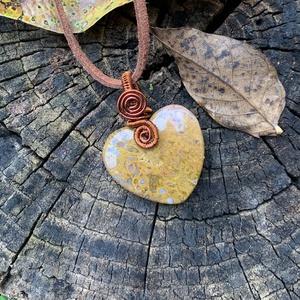 Szív alakú réz jáspis medál, Ékszer, Nyaklánc, Medál, Fémmegmunkálás, Ékszerkészítés, Rézből és egy szép jáspisból készítettem ezt a medált. Akasztóval együtt 4 cm., Meska