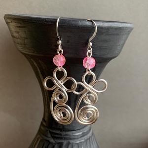 Ezüstözött fülbevaló rózsaszín üveggyönggyel , Ékszer, Fülbevaló, Lógós fülbevaló, Fémmegmunkálás, Ékszerkészítés, Kb 4-5 cm fülbevalót készítettem ezüstözött rézdrótból és egy-egy szem rózsaszín, roppantott üveggyö..., Meska