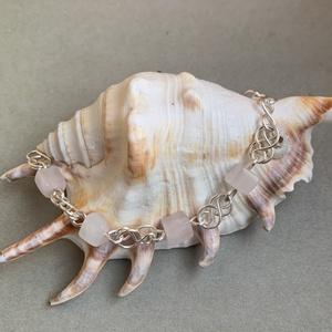 Rózsakvarc karkötő, Ékszer, Karkötő, Gyöngyös karkötő, Fémmegmunkálás, Ékszerkészítés, Rózsakvarc ásványgyöngyökből és ezüstözött rézdrótból készítettem ezt a szép karkötőt. Kapoccsal egy..., Meska