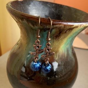 Apró virágos fülbevaló , Ékszer, Fülbevaló, Lógós fülbevaló, Ékszerkészítés, Kék zsorzsett teklából és vörösréz szerelékből készült fülbevaló. Akasztóval együtt 4 cm...., Meska
