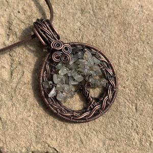Prehnit életfa medál+ajándék, Ékszer, Nyaklánc, Medál, Fémmegmunkálás, Ékszerkészítés, Rézből és prehnit ásványokból készült ez a különleges medál. Akasztóval együtt 6,5 cm. Ajándékba kül..., Meska