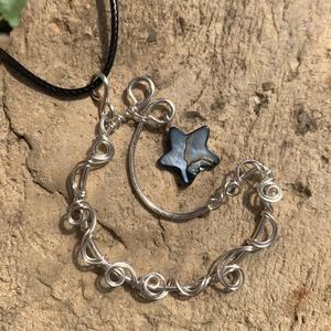 Hold medál+ajándék , Ékszer, Nyaklánc, Medál, Fémmegmunkálás, Ékszerkészítés, Ezüstözött rézdrótból és egy kagyló, csillag alakú gyöngyből készült ez a medál. Akasztóval 5,5 cm. ..., Meska
