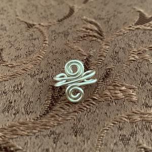 Fülgyűrű , Ékszer, Fülbevaló, Fülgyűrű, Fémmegmunkálás, Ékszerkészítés, Ezüstözött rézdrótból készítettem ezt a pici fülgyűrűt. Én jobb fülön viselem., Meska