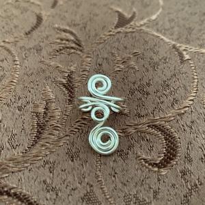 Ezüstözött fülgyűrű , Ékszer, Fülbevaló, Fülgyűrű, Fémmegmunkálás, Ékszerkészítés, Ezüstözött rézdrótból készítettem ezt a fülgyűrűt. Én jobb fülön viselem., Meska
