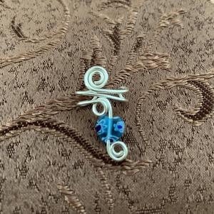 Ezüstözött fülgyűrű szívecske alakú gyönggyel, Ékszer, Fülbevaló, Fülgyűrű, Fémmegmunkálás, Ékszerkészítés, Ezüstözött rézdrótból és egy szív alakú gyöngyből készült ez a fülgyűrű., Meska