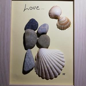 Kavics kép (szerelem) , Esküvő, Emlék & Ajándék, Nászajándék, Mindenmás, Kavicsból és Horvátországból származó kagylókból készítettem ezt a képet, mely egy szerelmes párt áb..., Meska