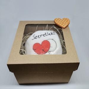 Szerelmes kavics ajándék dobozban, Otthon & Lakás, Dekoráció, Kavics & Kő, Decoupage, transzfer és szalvétatechnika, Szerelmes kavics őko ajándék dobozban. A kavics kézzel készült, decoupage technikával, illetve szere..., Meska
