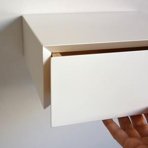 Lebegő fehér fiókos éjjeliszekrény - minimalista design, Bútor, Otthon & lakás, Polc, Famegmunkálás, Ez egy egyedi megrendelésre készülő fiókos éjjeliszekrény, lebegő kivitelben.\nMinimalista design, kí..., Meska