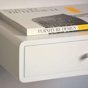 Lebegő fehér fiókos éjjeliszekrény - retro design, Bútor, Otthon & lakás, Polc, Famegmunkálás, Ez egy egyedi megrendelésre készülő fiókos éjjeliszekrény, lebegő kivitelben.\n\nMÉRETEK LEHETŐSÉGEK:\n..., Meska