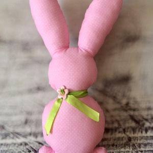 Rózsaszín pöttyös nagy nyuszi, Gyerek & játék, Dekoráció, Otthon & lakás, Lakberendezés, Húsvéti díszek, Ünnepi dekoráció, Varrás, Kerámia, Pöttyös pamutvászonból varrt rózsaszín nyuszi! \nTöltet: poliészter\nNyakában szaténszalag és levegőre..., Meska