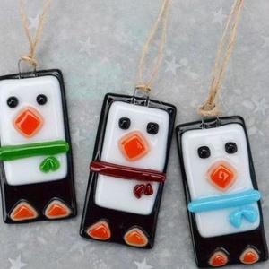 Pingvin üveg karácsonyfadísz, Otthon & Lakás, Karácsony & Mikulás, Karácsonyfadísz, Üvegművészet, Ékszerkészítés, Pingvin karácsonyfadísz, melyet aprólékos munkával, üvegből, fusing technikával készítettem.\n\nMérete..., Meska