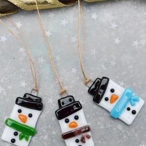 Hóember üveg karácsonyfadísz , Dekoráció, Otthon & lakás, Ünnepi dekoráció, Karácsony, Karácsonyfadísz, Üvegművészet, Ékszerkészítés, Hóember karácsonyfadísz, melyet aprólékos munkával, üvegből, fusing technikával készítettem.\n\nMérete..., Meska
