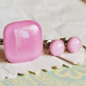 Babarózsaszín üvegékszer szett, Ékszer, Ékszerszett, Ékszerkészítés, Üvegművészet, Rózsaszín üvegből készült ékszerszett, mely gyűrűből és fülbevalóból áll.\n\nA gyűrű mérete: 2 x 2 cm ..., Meska