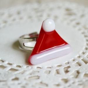 Mikulás sapka üveg gyűrű, Ékszer, Gyűrű, Karácsony, Ünnepi dekoráció, Dekoráció, Otthon & lakás, Ékszerkészítés, Üvegművészet, Üvegből készült, mikulás sapka formájú gyűrű.\n\nMérete: 2,5 x 2 cm.\nAlapja állítható, nikkelmentes.\n\n..., Meska