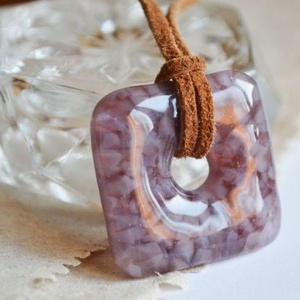 Lavender üveg nyaklánc, Ékszer, Nyaklánc, Táska, Divat & Szépség, Ékszerkészítés, Üvegművészet, Telt halvány lila és áttetsző lila üvegtörmelékből készült, négyszög alakú nyaklánc, mely aprólékos ..., Meska