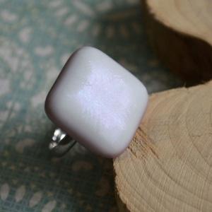 Holdfény üveg gyűrű, Ékszer, Gyűrű, Táska, Divat & Szépség, Ékszerkészítés, Üvegművészet, Pasztell lila és fehér, enyhén irizáló üvegből készült a gyűrű. Sejtelmes fényével romantikus, finom..., Meska
