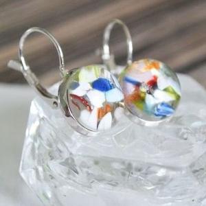 Mosaic üveg fülbevaló, Ékszer, Fülbevaló, Táska, Divat & Szépség, Ékszerkészítés, Üvegművészet, Színes üvegtörmelékből készült, francia kapcsos fülbevaló.\n\nAz üveg mérete: 1,4 cm.\nHossza akasztóva..., Meska